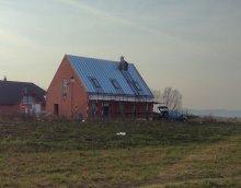 Ostře střižený dům
